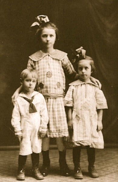Mom&Sibs1923